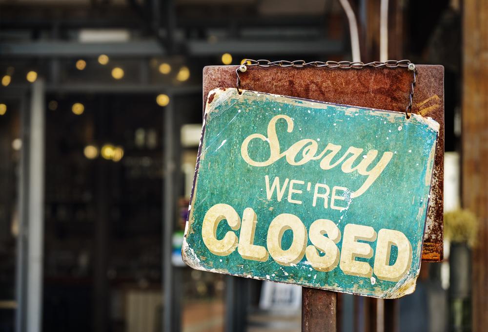 Closed restaurant sign.